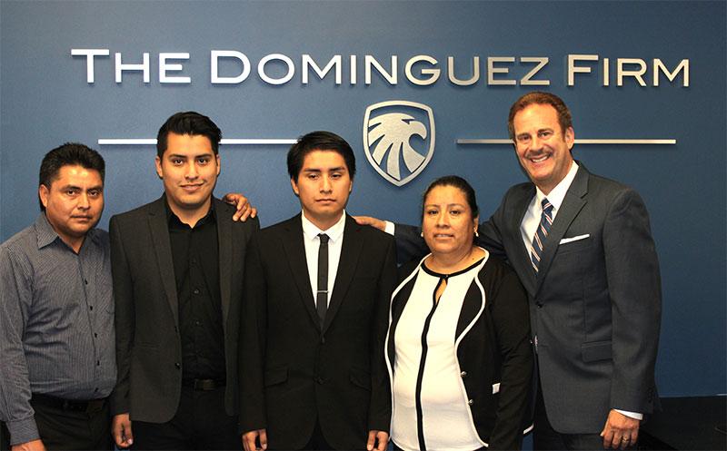 Abogado Juan Domínguez con la familia Pérez