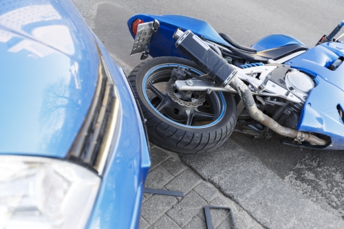 Accidente de automóvil contra motocicleta