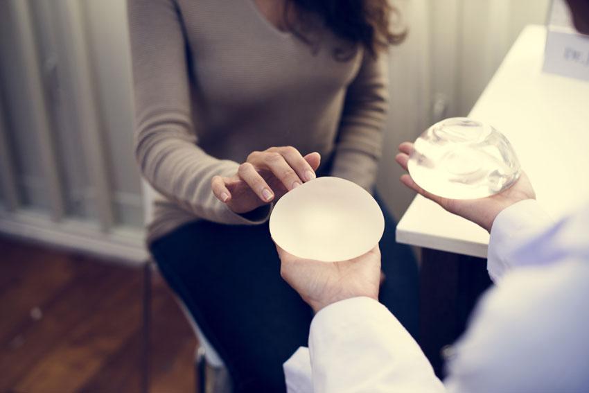 abogado de retiro de implantes mamarios